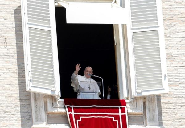 Pope Francis waves as he leads the Regina Coeli prayer from his window for the first time in three months in the newly reopened St. Peter's Square after months of closure due to an outbreak of the coronavirus, at the Vatican on May 31, 2020. (REUTERS Photo)