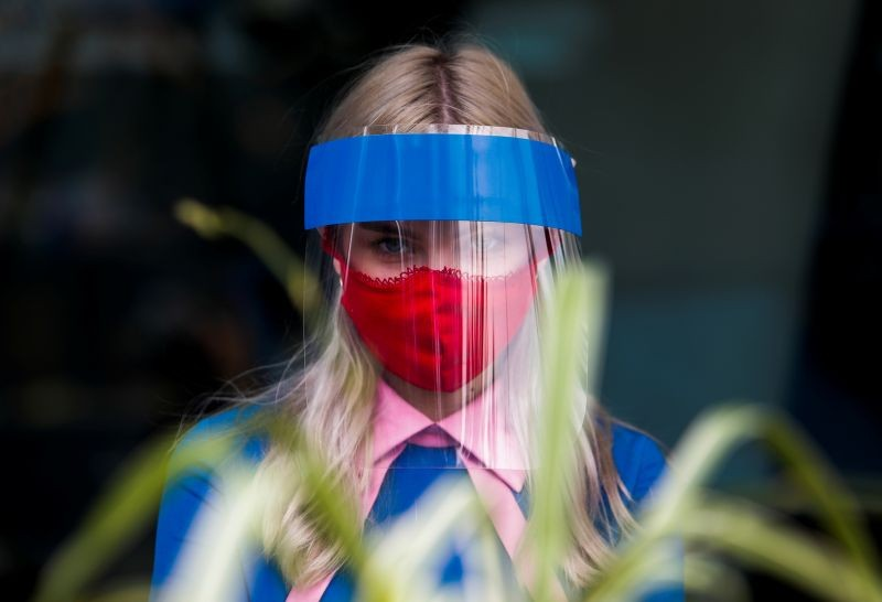 A restaurant employee wears a protective face shield and mask due to the coronavirus disease (COVID-19) outbreak in Moscow, Russia on  July 8, 2020. (REUTER File Photo)