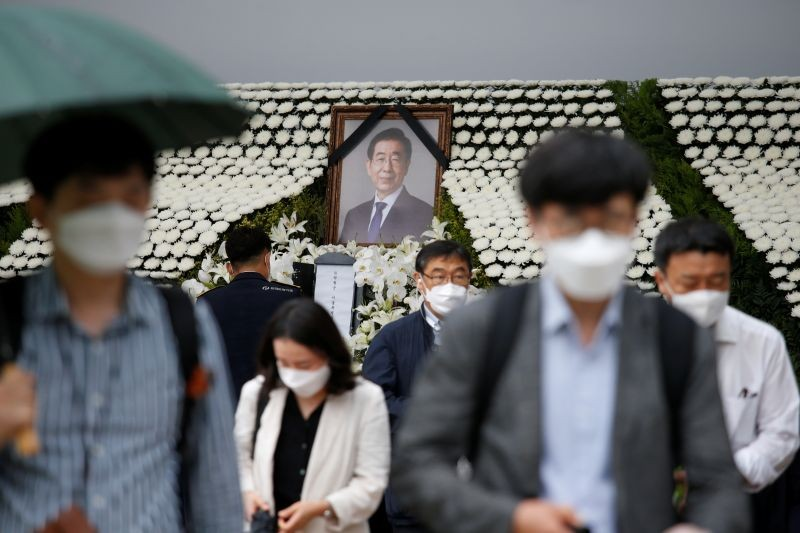 People react as they walk past a memorial altar for late Seoul Mayor Park Won-soon at Seoul City Hall Plaza in Seoul, South Korea on July 13, 2020. (REUTERS Photo)
