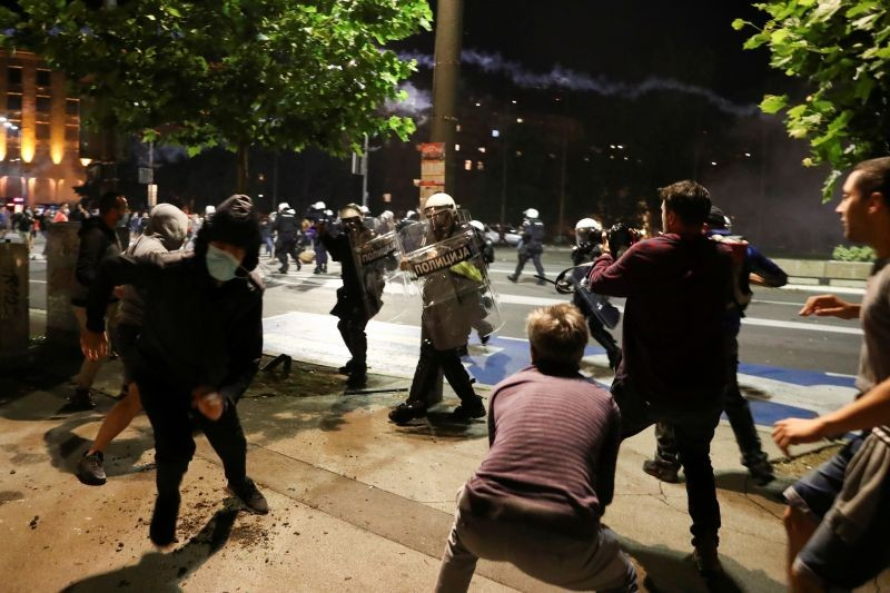 Demonstrators clash with security forces during a protest against a lockdown planned for the capital this weekend to halt the spread of the coronavirus disease (COVID-19) in Belgrade, Serbia on July 7, 2020. REUTERS Photo)
