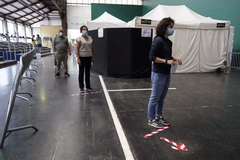 People maintain social distancing before voting during the Basque regional elections, amid the coronavirus disease (COVID-19) outbreak, in Ordizia, Spain on July 12. (REUTERS Photo)