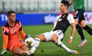 Juventus' Cristiano Ronaldo in action with Atalanta's Pierluigi Gollini, as play resumes behind closed doors following the outbreak of the coronavirus disease (COVID-19) REUTERS/Massimo Pinca