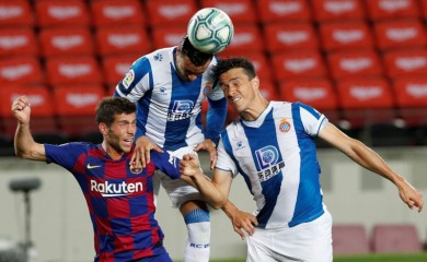 Barcelona's Sergi Roberto in action with Espanyol's Bernardo Espinosa and Raul de Tomas, as play resumes behind closed doors following the outbreak of the coronavirus disease (COVID-19) REUTERS/Albert Gea