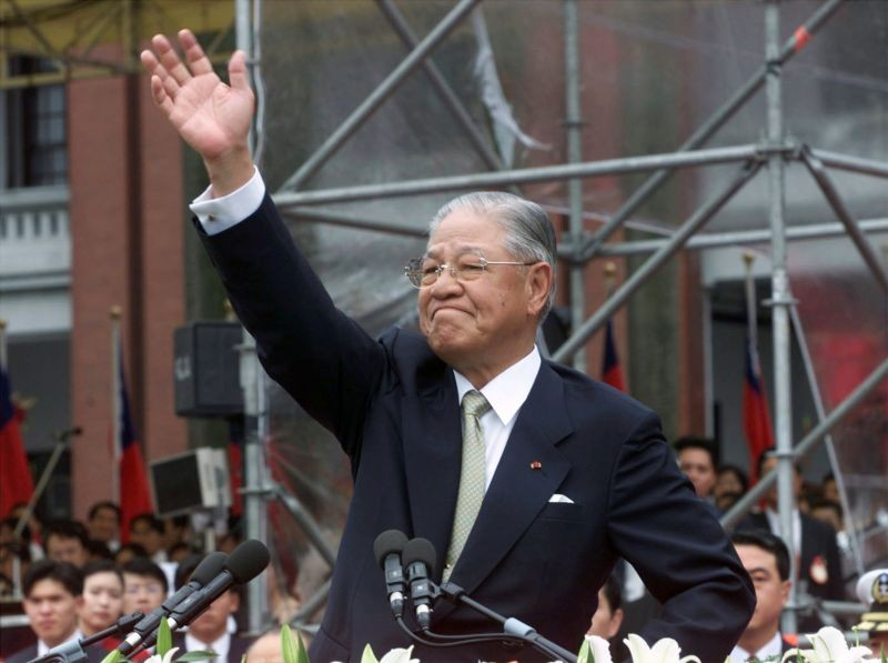 Former Taiwan president Lee Teng-hui waves to the crowd outside the presidential palace in Taipei on May 20 after his successor, Chen Shui-bian, was sworn in as Taiwan's next president. ( REUTERS File Photo)
