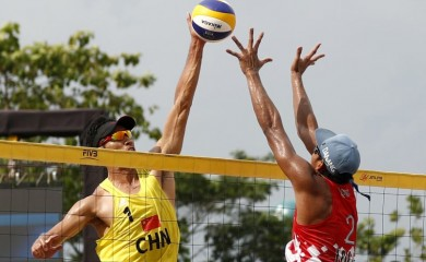 Gao Peng of China in action with Danangsyah Yudistira Pripadi of Indonesia. REUTERS/Edgar Su