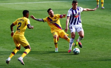 Barcelona's Lionel Messi in action with Real Valladolid's Ruben Alcaraz, as play resumes behind closed doors following the outbreak of the coronavirus disease (COVID-19) REUTERS/Sergio Perez