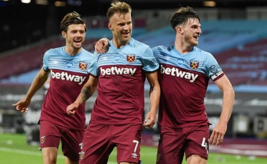 West Ham United's Andriy Yarmolenko scores their third goal with teammates, as play resumes behind closed doors following the outbreak of the coronavirus disease (COVID-19) Michael Regan/Pool via REUTERS