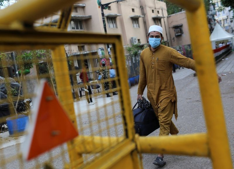 A man wearing a protective mask walks to board a bus that will take him to a quarantine facility, amid concerns about the spread of coronavirus disease (COVID-19), in Nizamuddin area of New Delhi on March 30, 2020. (REUTERS File Photo)