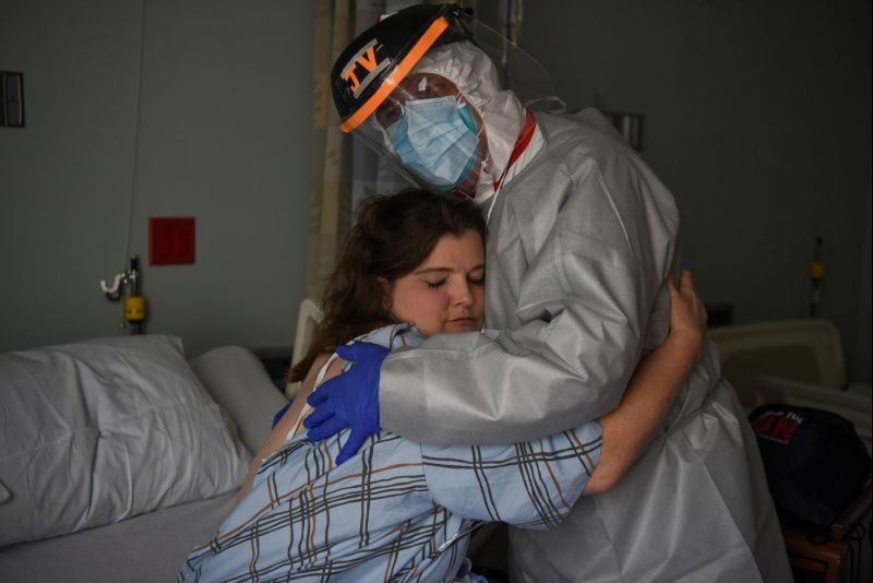 Dr. Joseph Varon, 58, the chief medical officer at United Memorial Medical Center, hugs Christina Mathers, 43, a nurse from his team who became infected with COVID-19, at United Memorial Medical Center (UMMC), during the coronavirus disease (COVID-19) outbreak, in Houston, Texas, US on July 25, 2020. (REUTERS Photo)