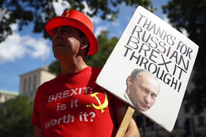 Anti-Brexit demonstrator Steve Bray holds a placard as he protests outside Downing Street in London, Britain on July 21. (REUTERS Photo)