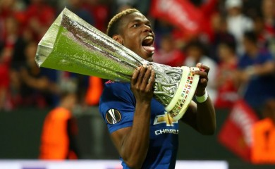 Manchester United's Paul Pogba celebrates with the trophy after winning the Europa League Reuters / Michael Dalder Livepic/File Photo