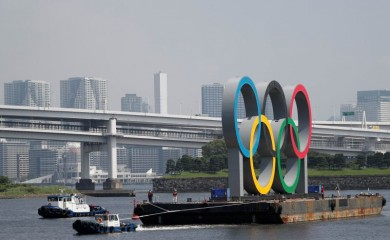 Boats tow the giant Olympic rings, which are being temporarily removed for maintenance, amid the coronavirus disease (COVID-19) outbreak, at the waterfront area at Odaiba Marine Park in Tokyo, Japan August 6, 2020. REUTERS/Kim Kyung-Hoon