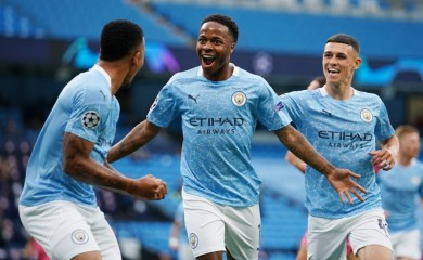 Manchester City's Raheem Sterling celebrates scoring their first goal with teammates, as play resumes behind closed doors following the outbreak of the coronavirus disease (COVID-19) Pool via REUTERS/Dave Thompson
