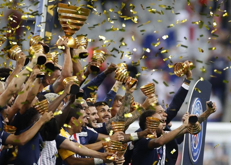 Paris St Germain players celebrate with the trophy after winning the Coupe de la Ligue, following the outbreak of the coronavirus disease (COVID-19) REUTERS/Christian Hartmann