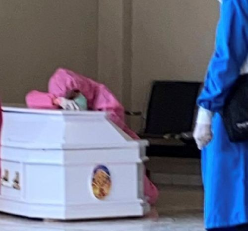 A doctor grieves after her husband, a doctor and chair of the West Papuan doctors' association in Indonesia, died of the coronavirus disease (COVID-19), in Makassar, South Sulawesi Province, Indonesia on August 27, 2020, in this picture obtained from social media. (REUTERS Photo)