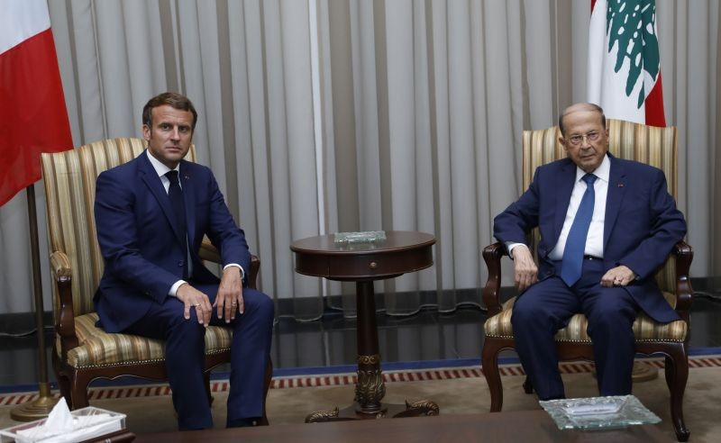 Lebanon's President Michel Aoun meets with French President Emmanuel Macron upon his arrival at the airport in Beirut, Lebanon on August 6. (REUTERS Photo)