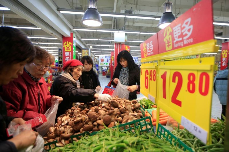 Consumers choose vegetables at a supermarket in Shanghai, China on March 10, 2016. (REUTERS File Photo)