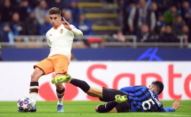 Valencia's Ferran Torres in action with Atalanta's Jose Luis Palomino REUTERS/Daniele Mascolo