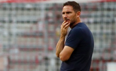 FILE PHOTO: Chelsea manager Frank Lampard on the pitch before the match, as play resumes behind closed doors following the outbreak of the coronavirus disease (COVID-19) REUTERS/Michael Dalder