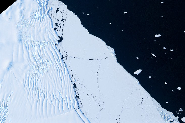 The edge of an ice shelf with fractures and rifts, sea ice and icebergs floating on the ocean are seen in this satellite image taken on January 17, 2014. (REUTERS File Photo)