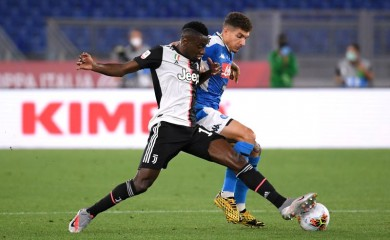 FILE PHOTO: Juventus' Blaise Matuidi in action with Napoli's Giovanni Di Lorenzo, as play resumes behind closed doors following the outbreak of the coronavirus disease (COVID-19) REUTERS/Alberto Lingria/File Photo