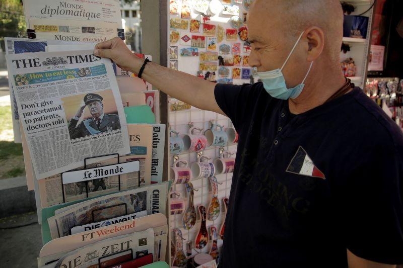 A man looks at newspaper headlines with news about Spain's former king Juan Carlos I, in Madrid, Spain on August 4. (REUTERS Photo)