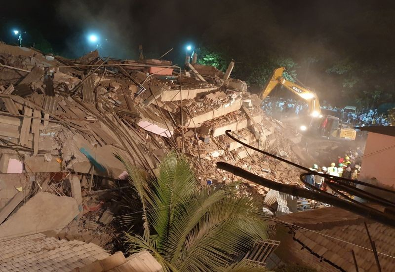 Rescue workers remove the debris as they look for survivors after a five-storey building collapsed in Mahad in Raigad district in Maharashtra on August 24, 2020. (REUTERS Photo)