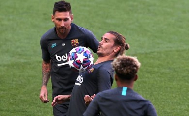 FC Barcelona's Antoine Griezmann and Lionel Messi during training REUTERS/Rafael Marchante/Pool