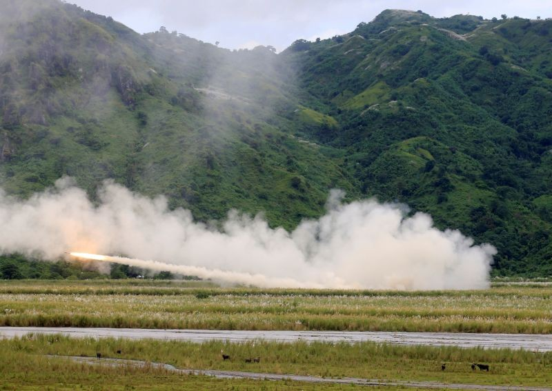 U.S. military forces fire a High Mobility Artillery Rocket System (HIMARS) rocket during the annual  Philippines-US live fire amphibious landing exercise (PHIBLEX) at Crow Valley in Capas, Tarlac province, north of Manila, Philippines on October 10, 2016. (REUTERS File Photo)
