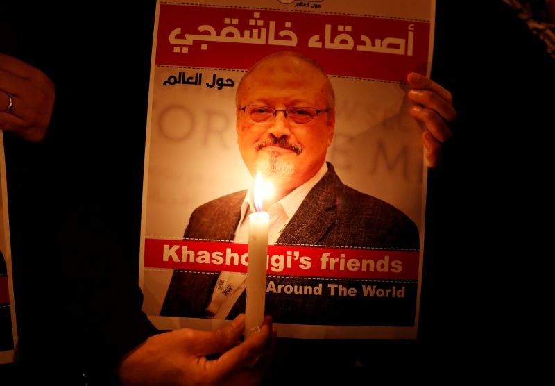 A demonstrator holds a poster with a picture of Saudi journalist Jamal Khashoggi outside the Saudi Arabia consulate in Istanbul, Turkey October 25, 2018. (REUTERS File Photo)