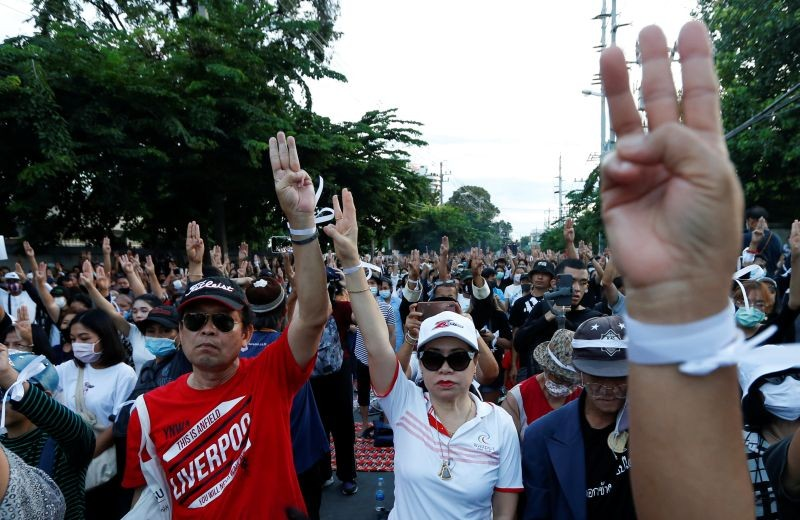 Pro-democracy protesters flash the three-fingers salute while attending a mass rally to call for the ouster of Prime Minister Prayuth Chan-ocha and reforms in the monarchy in front of parliament in Bangkok, Thailand on September 24. (REUTERS Photo)