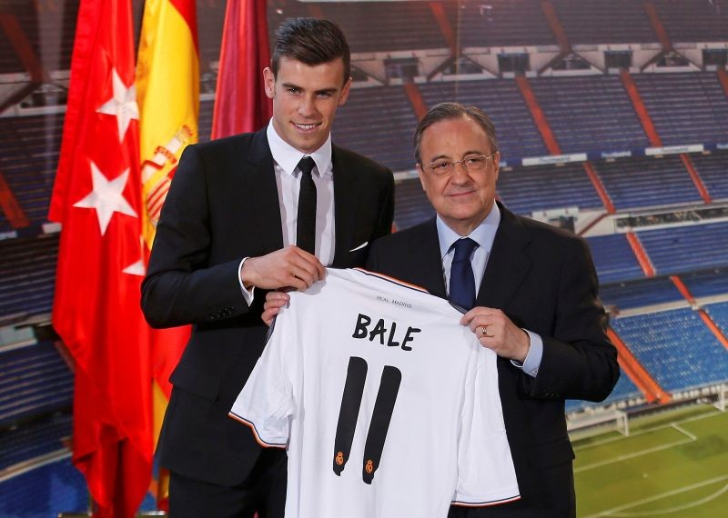 FILE PHOTO: Gareth Bale of Wales hold his new Real Madrid soccer club jersey accompanied by president Florentino Perezat the Santiago Bernabeu stadium in Madrid, September 2, 2013. REUTERS/Sergio Perez/File Photo