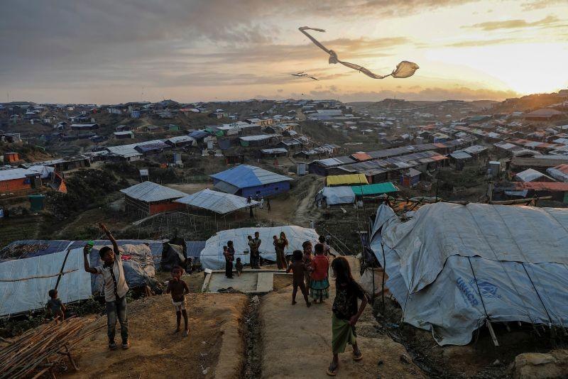 Rohingya refugee children fly improvised kites at the Kutupalong refugee camp near Cox's Bazar, Bangladesh on December 10, 2017. (REUTERS File Photo)