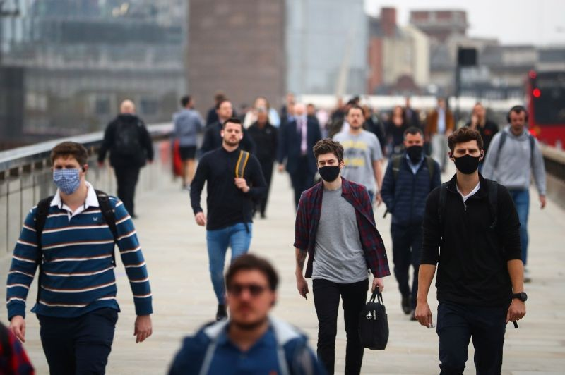 Commuters walk across the London Bridge during the morning rush hour, amid an outbreak of the coronavirus disease (COVID-19), in London, Britain on September 21, 2020. R(EUTERS Photo)