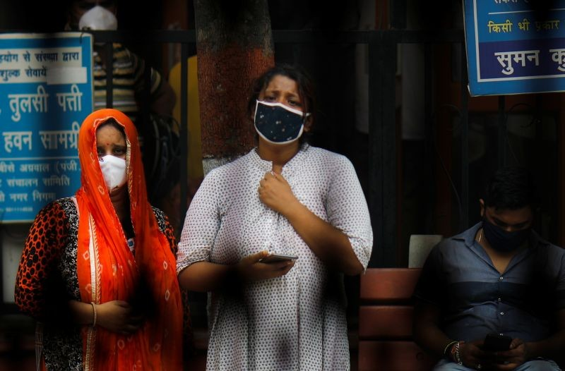 Relatives mourn the death of a man due to the coronavirus disease (COVID-19), at a crematorium in New Delhi on September 7, 2020. (REUTERS Photo)