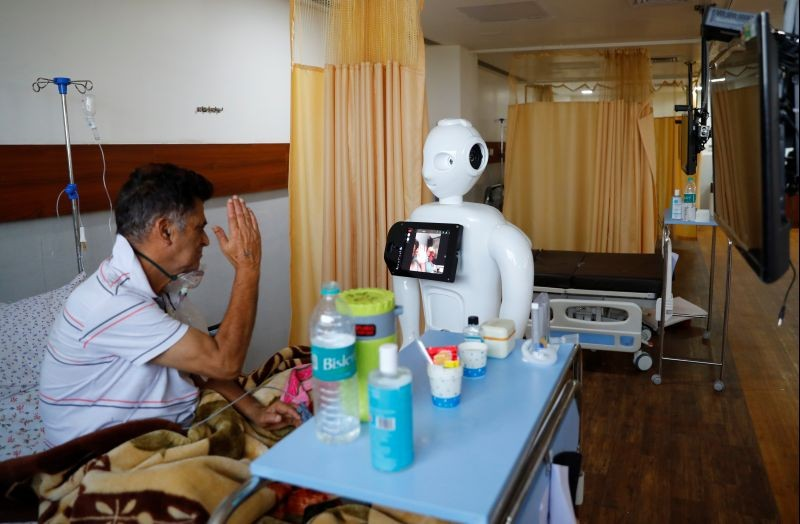 A patient suffering from the coronavirus disease (COVID-19) speaks to his family members, using a robot named 'Mitra' at the Intensive Care Unit (ICU) of the Yatharth Super Speciality Hospital in Noida, on the outskirts of New Delhi on September 15, 2020. Picture taken September 15, 2020. (REUTERS Photo)
