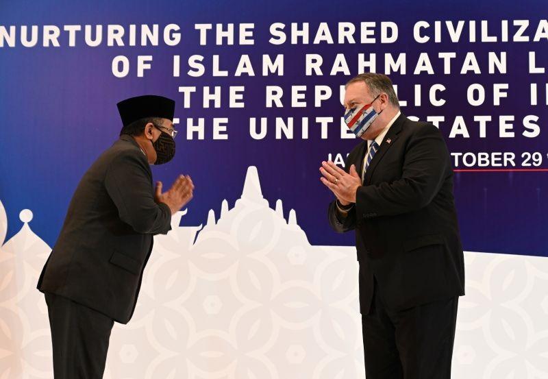 U.S. Secretary of State Michael Pompeo (R) greets General Secretary of Nahdlatul Ulama, Yahya Cholil Staquf, during a meeting at the Nahdlatul Ulama in Jakarta, Indonesia October 29, 2020. (REUTERS Photo)