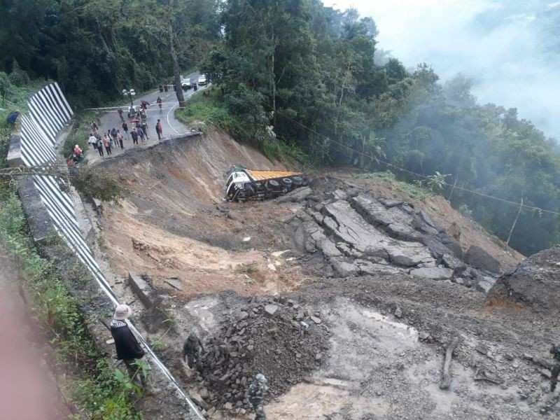 A section of the road near Khongnem Thana area cut off by landslide on October 24. (NNN Photo)