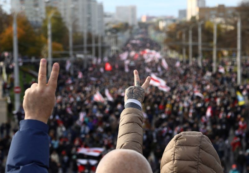 Demonstrators flash the victory sign during an opposition rally to reject the presidential election results in Minsk, Belarus October 18, 2020. (REUTERS File Photo)