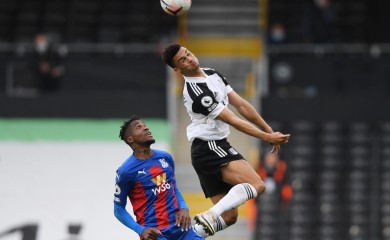 Soccer Football - Premier League - Fulham v Crystal Palace - Craven Cottage, London, Britain - October 24, 2020 Fulham's Antonee Robinson in action with Crystal Palace's Wilfried Zaha Pool via REUTERS/Mike Hewitt