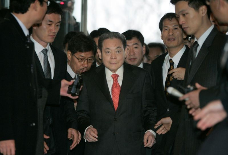 Samsung Group chairman Lee Kun-hee (C) arrives at a main office of the Federation of Korean Industries, the country' biggest business lobby group, to meet President-elect Lee Myung-bak with other businessmen in Seoul December 28, 2007. (REUTERS File Photo)