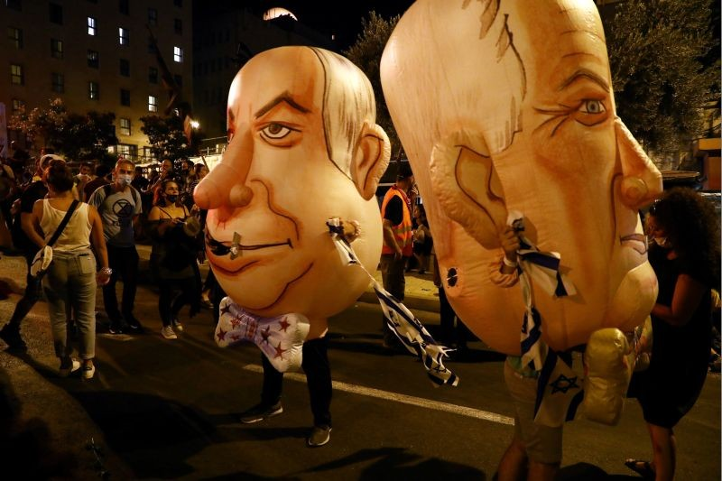 Inflatables depicting Israeli Prime Minister Benjamin Netanyahu and his main coalition partner Defence Minister Benny Gantz are seen during a demonstration against Netanyahu's alleged corruption and economic hardship stemming from lockdown during the coronavirus disease (COVID-19) crisis, in Jerusalem August 15, 2020. (REUTERS File Photo)