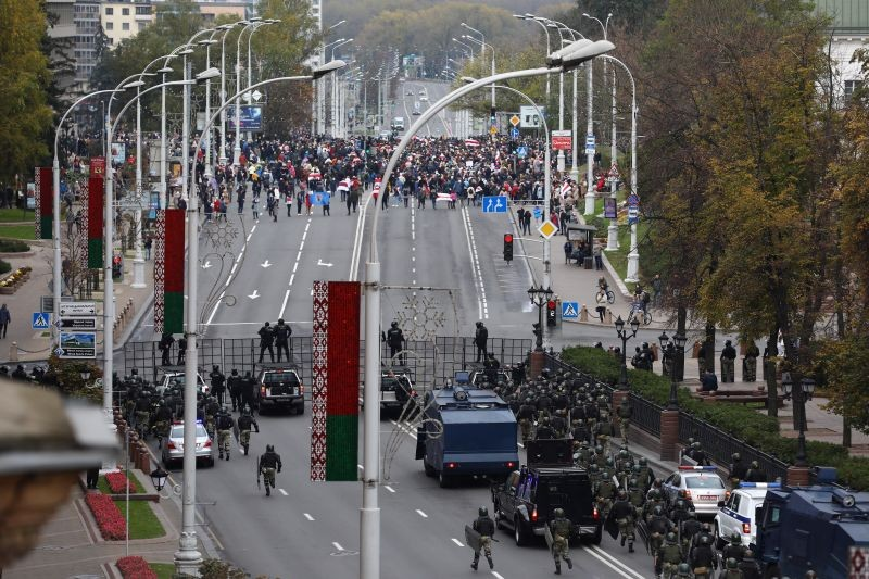Belarusian law enforcement officers and service members block a street during an opposition rally to reject the presidential election results in Minsk, Belarus October 25, 2020. (REUTERS Photo)
