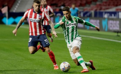 Atletico Madrid's Kieran Trippier in action with Real Betis' Cristian Tello REUTERS/Javier Barbancho