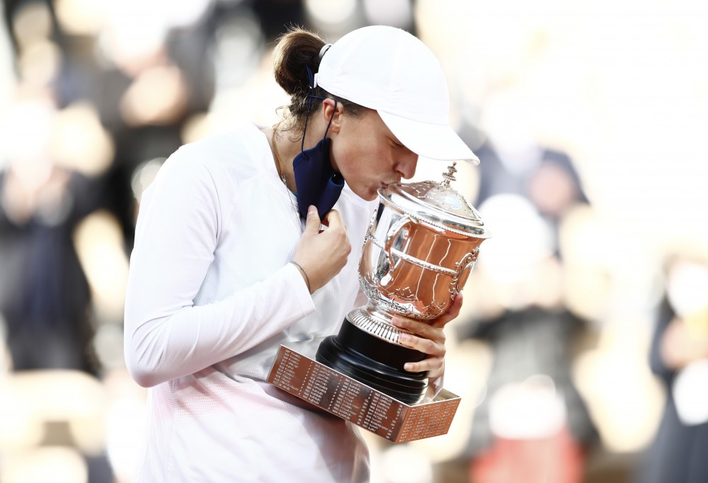 Tennis - French Open - Roland Garros, Paris, France - October 10, 2020. Poland's Iga Swiatek kisses the trophy as she celebrates after winning the French Open. REUTERS/Gonzalo Fuentes