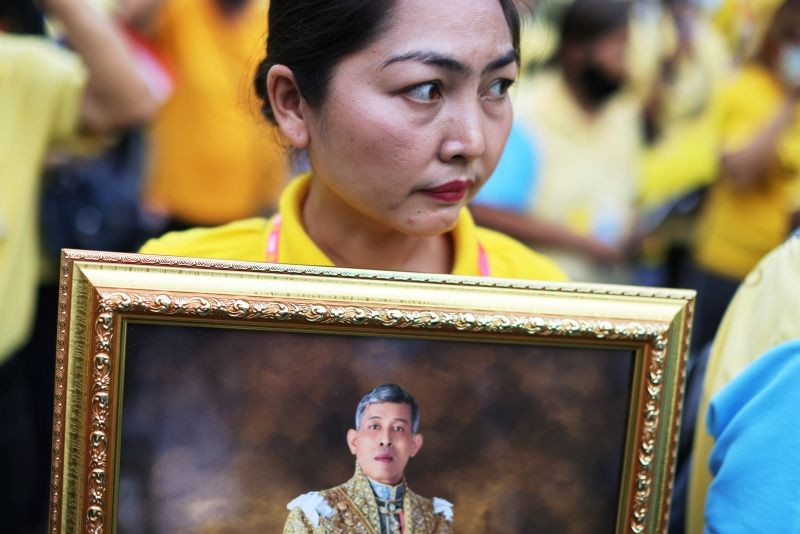 A royalist wearing a yellow shirt holds a picture of Thailand's King Maha Vajiralongkorn during an event to support the monarchy in Bangkok, Thailand, October 27,2020. (REUTERS Photo)