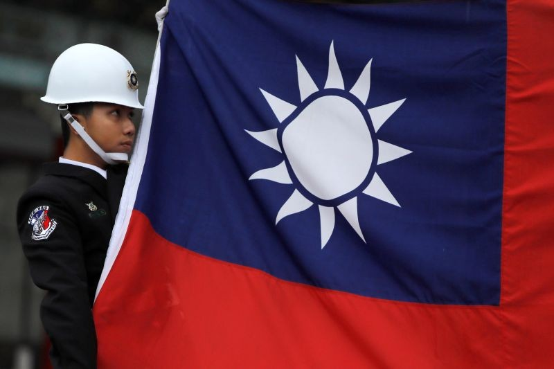 A military honour guard holds a Taiwanese national flag as he attending flag-raising ceremony at Chiang Kai-shek Memorial Hall, in Taipei, Taiwan March 16, 2018. (REUTERS File Photo)