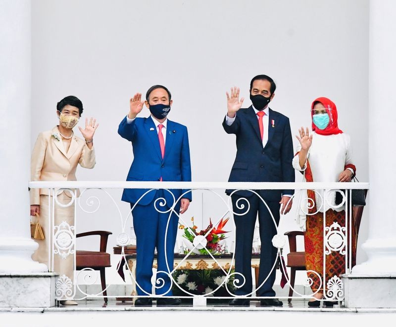 Japan's Prime Minister Yoshihide Suga, Suga's wife Mariko, Indonesian President Joko Widodo, and Widodo's wife Iriana, wave during a visit at Indonesian Presidential Palace in Bogor, Indonesia, October 20. (REUTERS Photo)