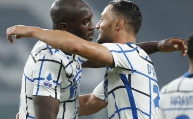 Inter Milan's Danilo D'Ambrosio celebrates scoring their second goal with Romelu Lukaku REUTERS/Alessandro Garofalo