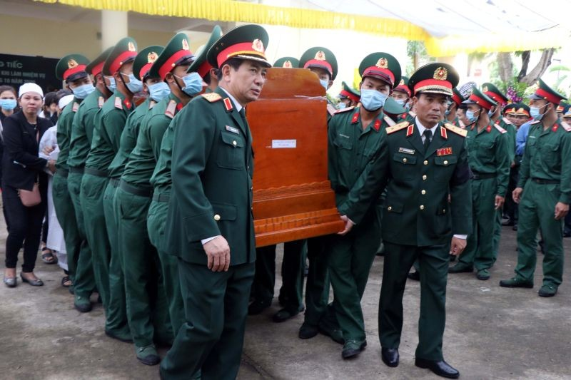 Vietnam's Chief of General staff Phan Van Giang and military officers carry the coffin of General Nguyen Van Man who died of a landslide on a rescue mission at a hydropower plant, during his funeral ceremony in Thua Thien Hue province, Vietnam October 18, 2020. (REUTERS Photo)